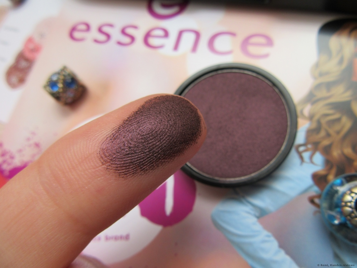 essence My Must Haves Eyeshadow # 18 black as a berry