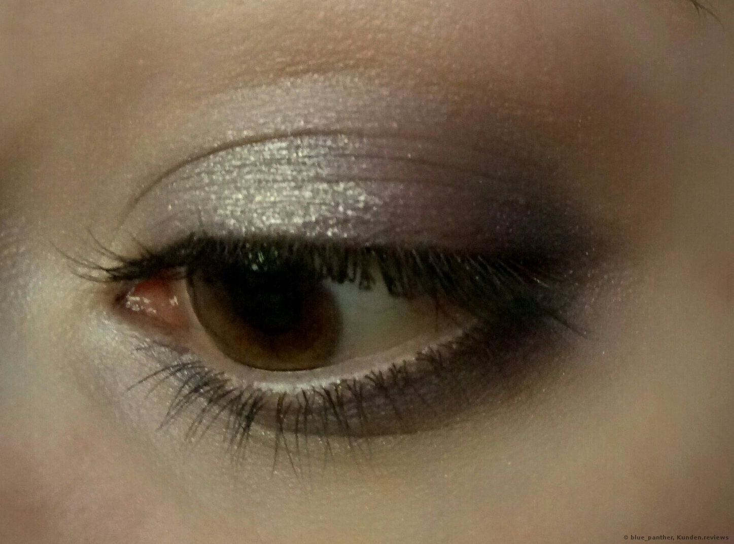 Mit dem Catrice  Metal Longlasting Cream Eyeshadow im inneren Augenwinkel