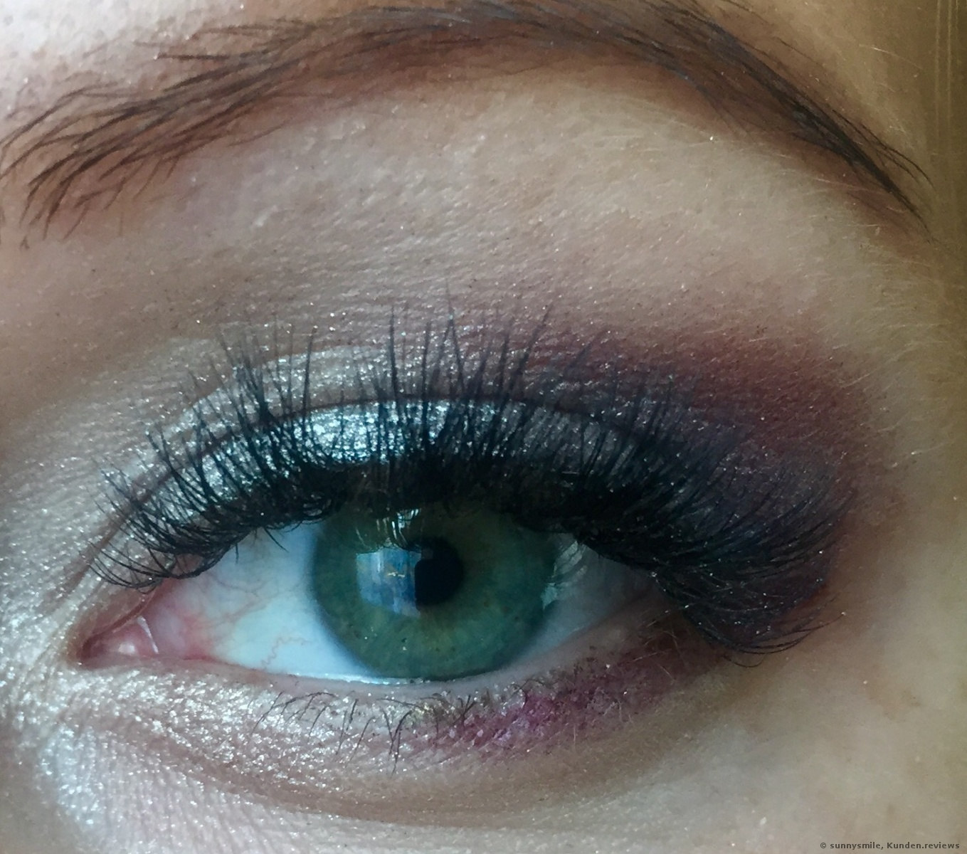 Auf das Oberlid trug ich Drippin Diamonds auf. Im inneren Augenwinkel: Cocoa Truffle. Im äußeren Augenwinkel: Rich girl.