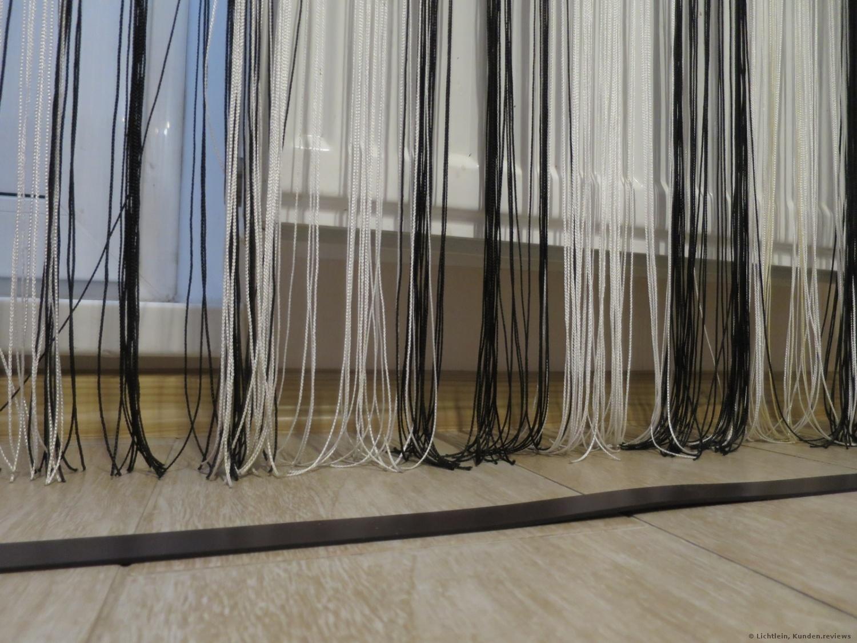 Solche Vorhänge wird der Saugroboter einsaugen. Deswegen lieber die Vorhänger höher machen oder abgrenzen.